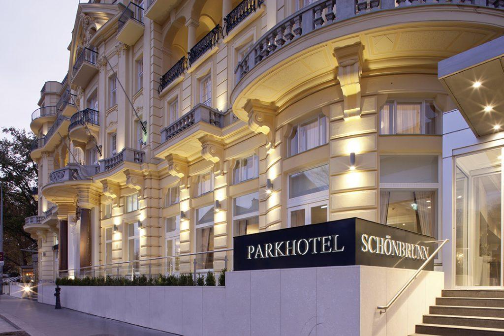 Außenansicht des Parkhotel Schönbrunn, © Austria Trend Hotels. Das Bild wurde mir netterweise vom Österreichischen Verkehrsbüro zur Verfügung gestellt - das Wetter hat bei unserem Aufenthalt einfach nicht mitgespielt und so kann ich dir zumindest den Hauch einer Ahnung davon geben.