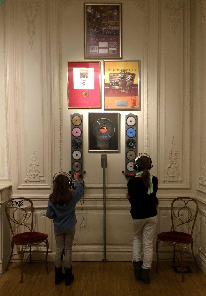 Auswahl verschiedener Ausschnitte von Stücken der Wiener Philharmoniker auf CD per Druckknopf.