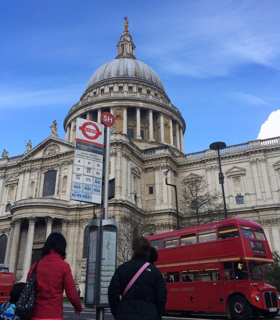 Blick auf die St. Paul's Cathedral von der gegenüberliegenden Straßenseite - inklusive Routemaster, dem historischen, typisch britischen, roten Doppeldeckerbus.