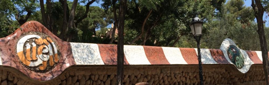 Schon die Mauer um den Park Güell ist gewohnt detailreich verziert und Teil des Gesamtkunstwerks