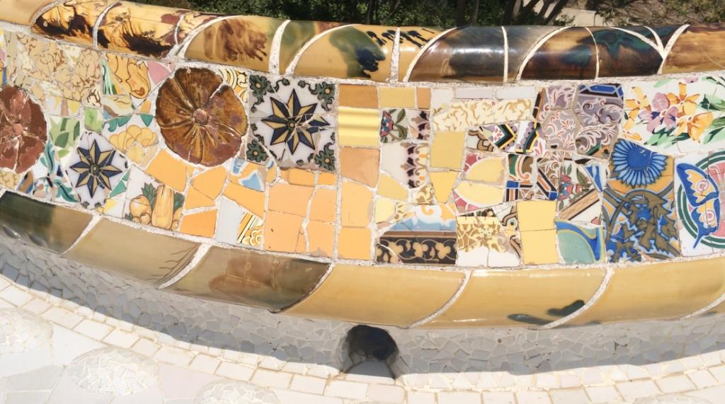 Das kunstvolle Mosaik besteht aus unzähligen Keramik-Bruchteilchen, die sich zu einer schier unendlichen Reihe an Mustern und Bildern zusammenfügen