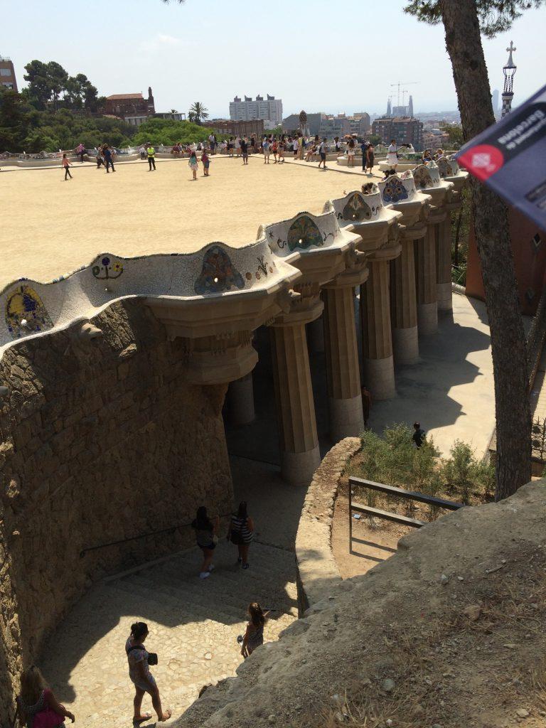 Oben der Terrassenplatz mit dem reich verzierten, wellenförmigen Rand, darunter sieht man die Säulen des Sala Hippostila