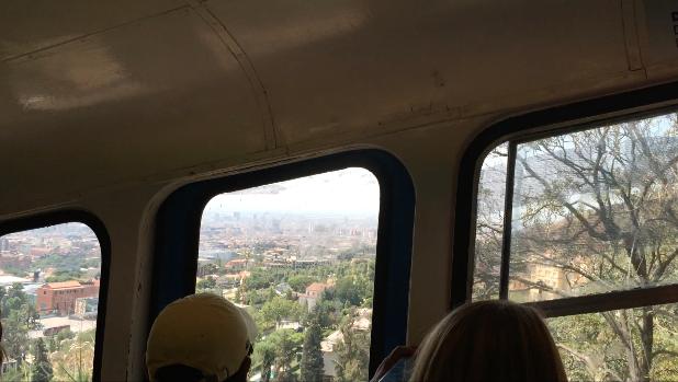 In der 'Funicular', der Standseilbahn geht es weiter bis fast auf die Spitze des Berges