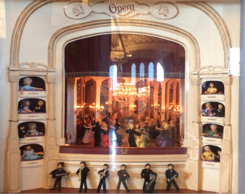 Eine vollautomatische Oper mit Sängern, Gästen und Orchester, die sich auf Knopfdruck bewegen