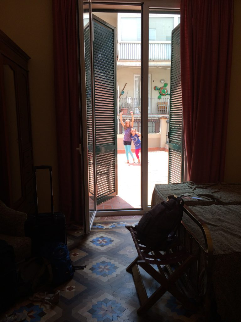 Schnappschuss aus unserem schönen Zimmer auf unsere riesengroße Terrasse