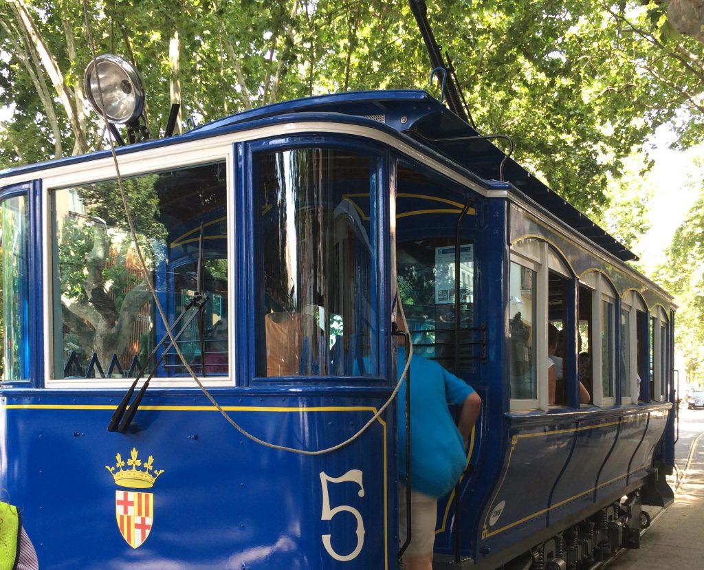 In einem Wagen der Tramvia blau vom Anfang des vergangenen Jahrhunderts geht es die erste Hälfte des Berges hinauf