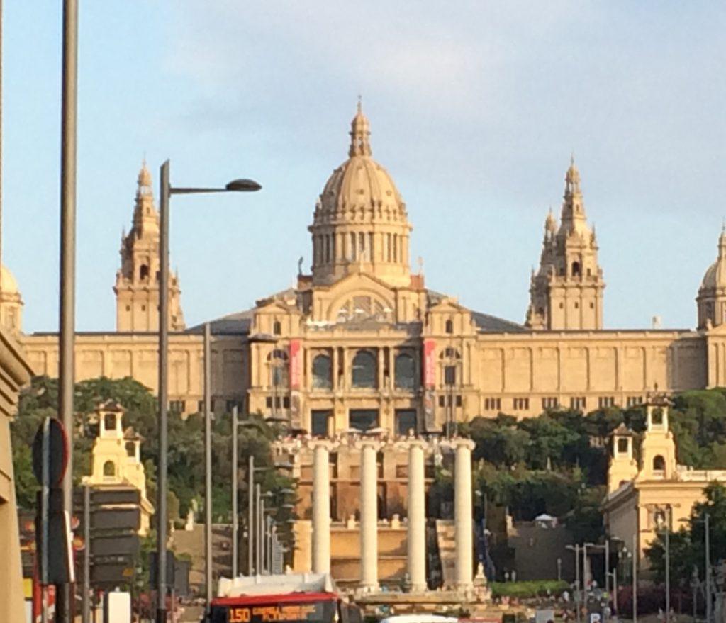 Blick RichtungFont Magica, der sich vor dem Gebäude des MNAC, des Museu Nacional d'Art de Catalunya, befindet