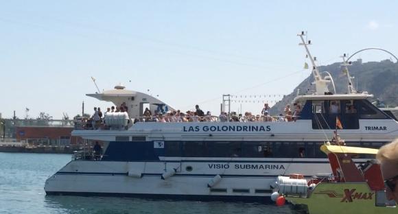 """Eins der Ausflugsschiffe, eine """"Golondrina"""", im alten Hafen von Barcelona"""