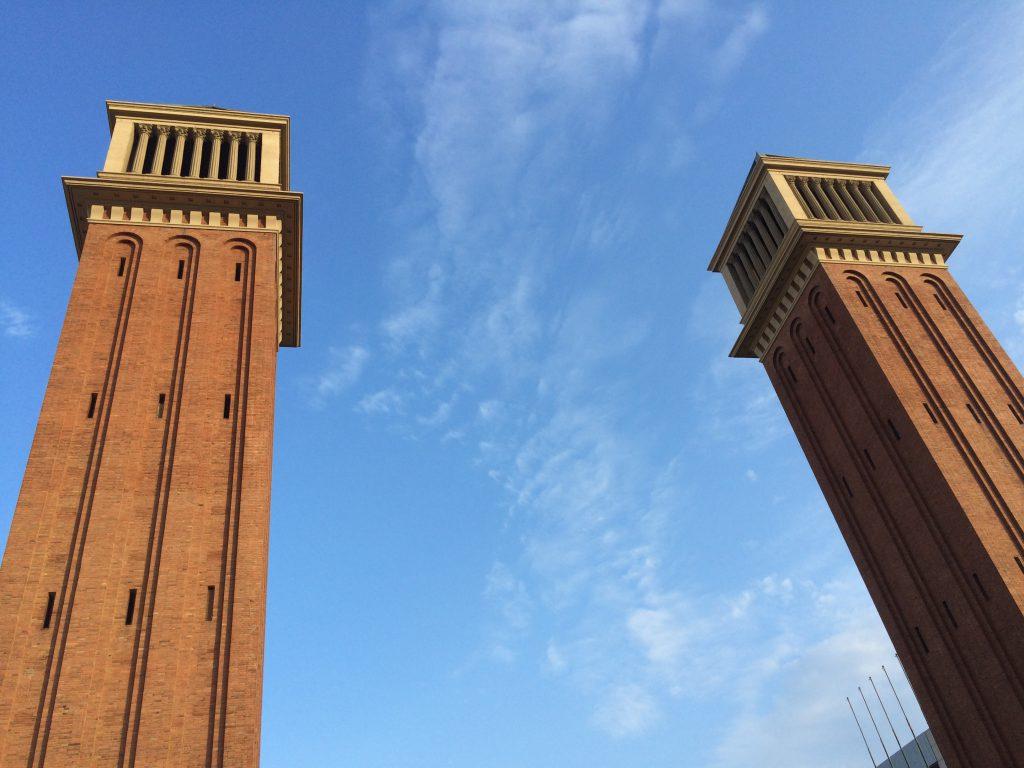 Die 'Torres Venecianes', die Venezianischen Türme, an der Plaça d'Espanya gebaut 1929 zur Weltausstellung