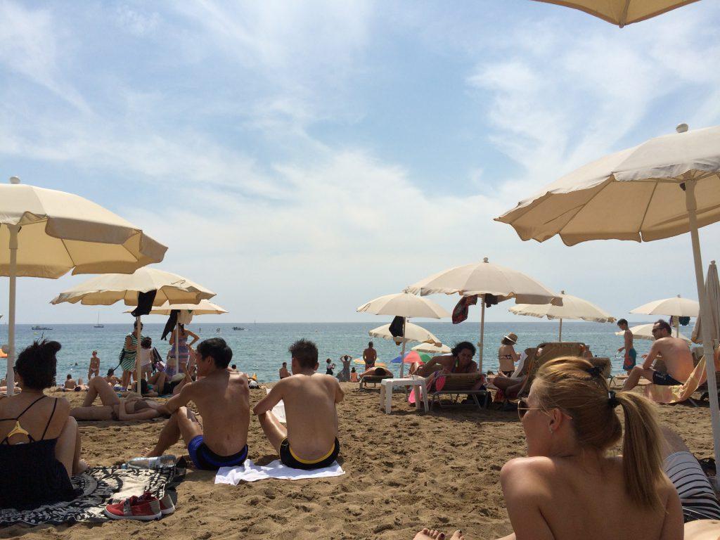An der Platja de la Barceloneta - ein Strand quasi mitten in der Stadt