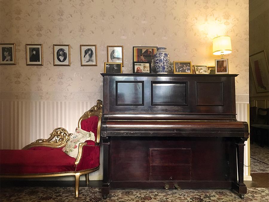 Ein Klavier darf auch nicht fehlen, nebst Recamière.