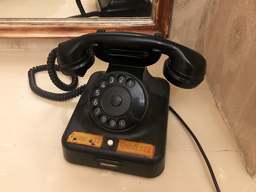 Ein Telefon mit Wählscheibe! Angehende Teenager können sowas kaum fassen.