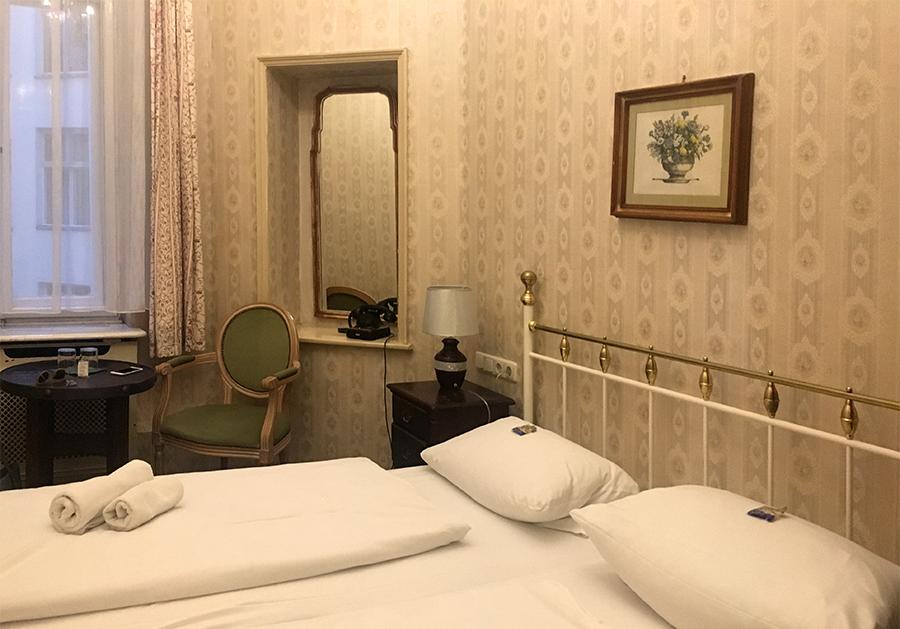 Bei unserem zweiten Besuch nur zu zweit beziehen wir dieses nostalgische Zweibettzimmer.