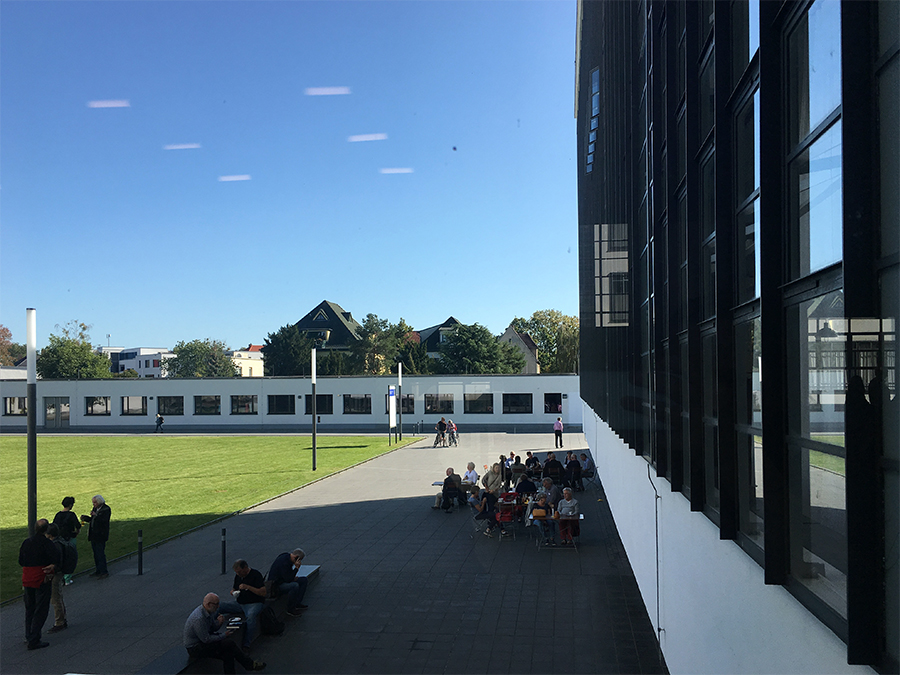 Blick auf den Innenhof des Bauhaus-Gebäudes an der Glasfassade entlang.