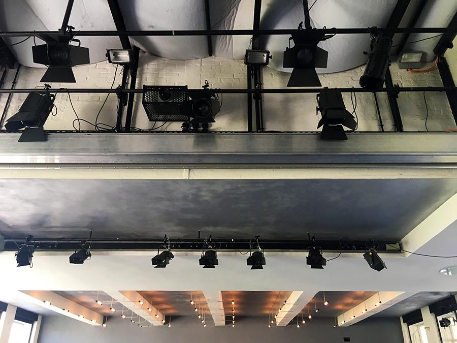 Detailansicht der Beleuchtung des Theaterraums im Inneren.