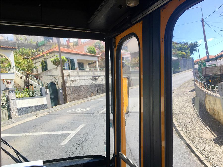 Gut festhalten! Unglaublich, wie sich der Bus hier die steilen Berge auf den engen Straßen hochquält.