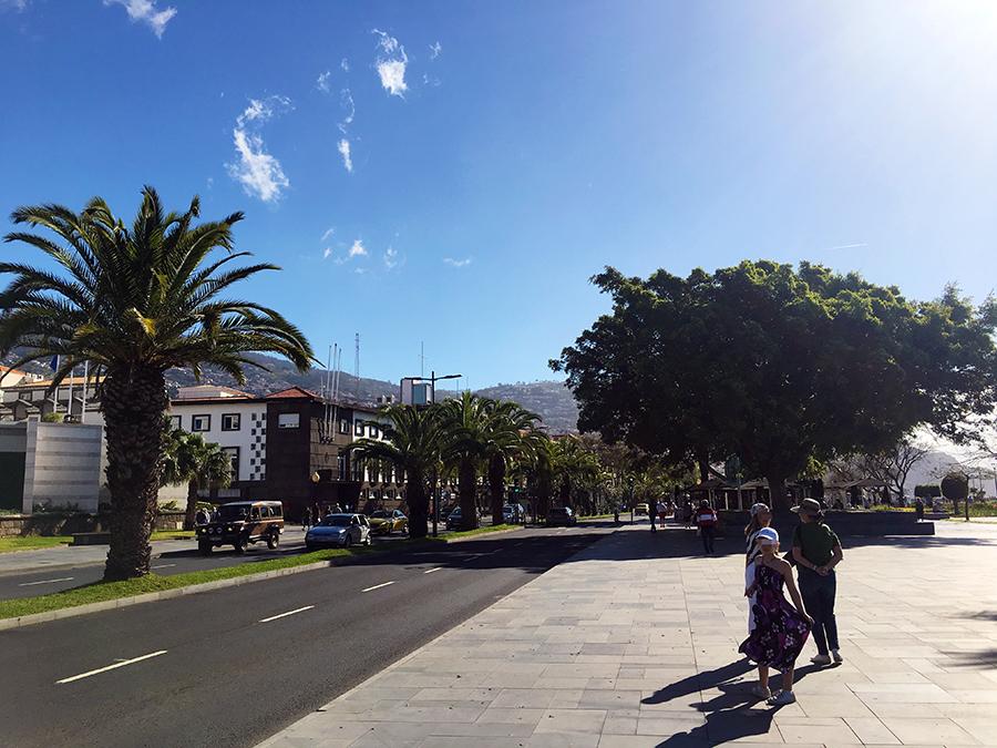 Rechts noch ein Stück der Promenade, links Blick in die 'City' von Funchal.
