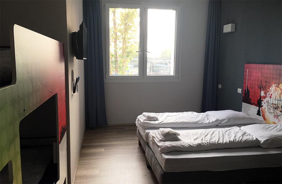 Doppelbett und Etagenbett im Venezia-Look, dazu unser eigenes Bad mit Dusche - was will man mehr?