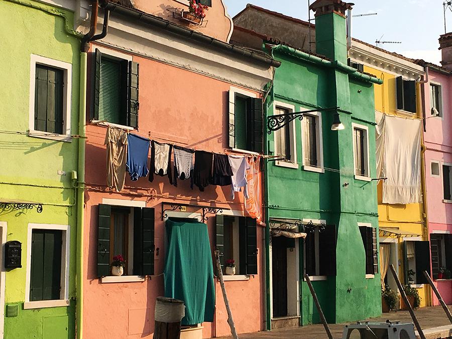 und in limettengrün, lachsfarben, mattgrün oder sonnengelb: Einmal die gesamte Farbpalette rauf und runter.