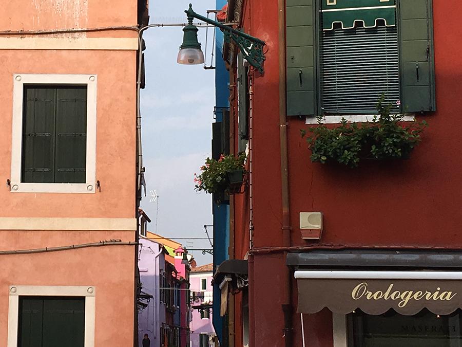 Burano! Und ja, die Häuser sind wirklich so bunt, wie alle sagen. Hier ein wunderbarer Blick zwischen zweien hindurch auf noch weitere, und angeblich hat jedes hier seinen ganz eigenen Farbton. Glauben würden wir das jedenfalls.