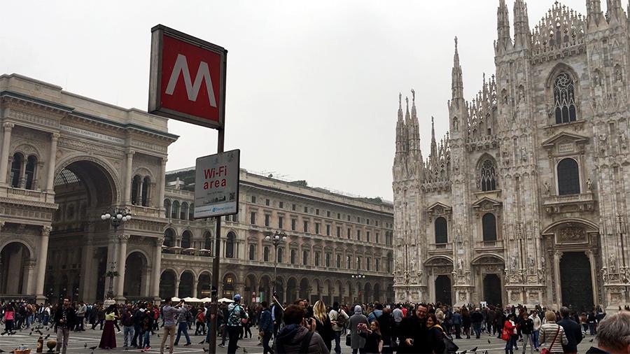 Die 'Piazza del Duomo', der Domvorplatz, mit Aussicht auf den Mailänder Dom und einen Eingang der Galleria Vittorio Emanuele II.