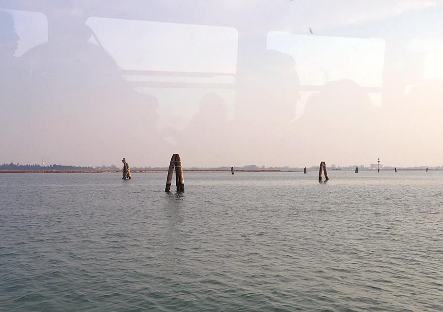 Rückfahrt, wieder mit der Linie 12, von Burano nach Venedig. Ich weiß gar nicht, wozu die Pfähle in der Lagune gut sind? Vielleicht zur Orientierung, zur Bestimmung der Routen? Malerisch jedenfalls.