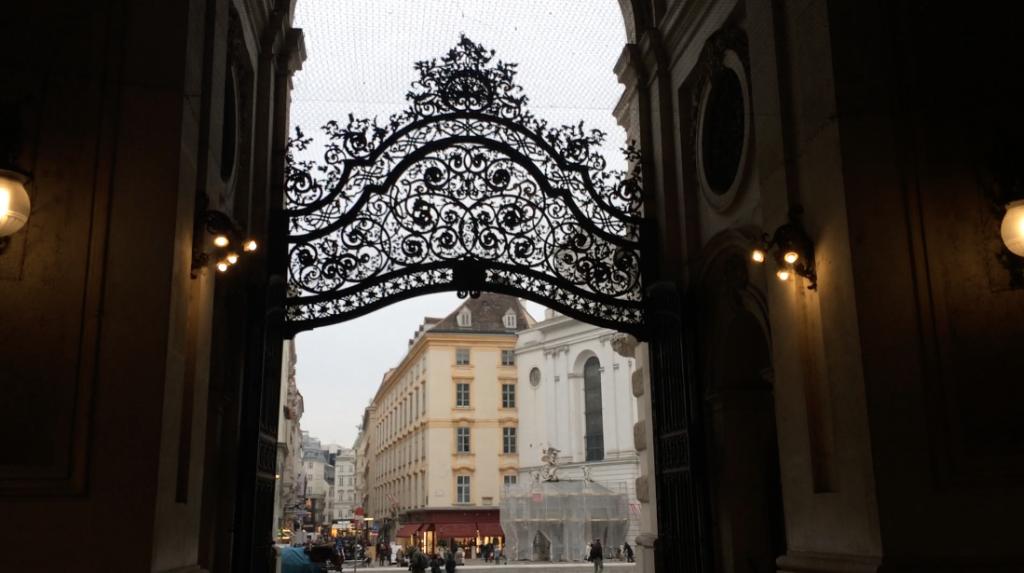 Ein Blick nach draußen, von unter der Michaelerkuppel her. Sogar die Vorräume in Wien machen etwas her!