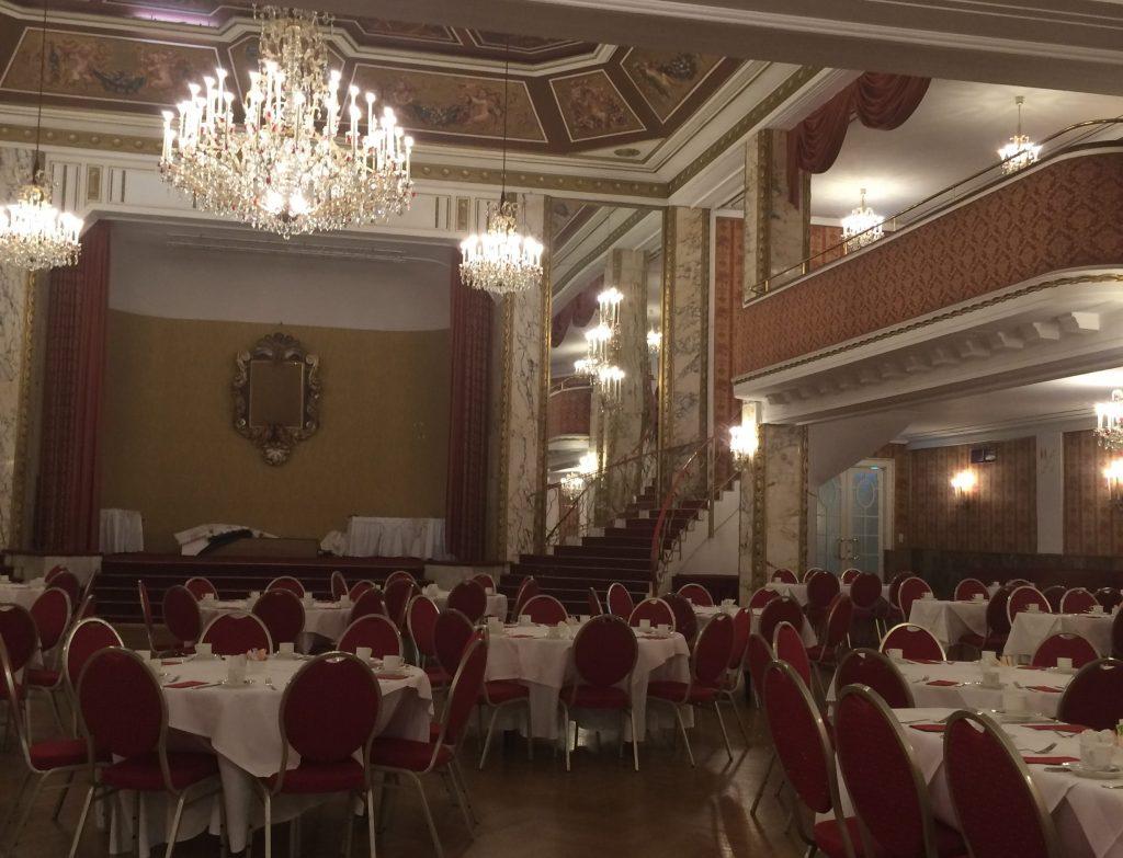 Wir erhaschen einen Blick in den Ballsaal! Dieser ist nicht täglich geöffnet, sondern nur zu besonderen Anlässen: Jedes Jahr tanzen hier tausende Ballköniginnen und -könige auf rauschenden Festen.