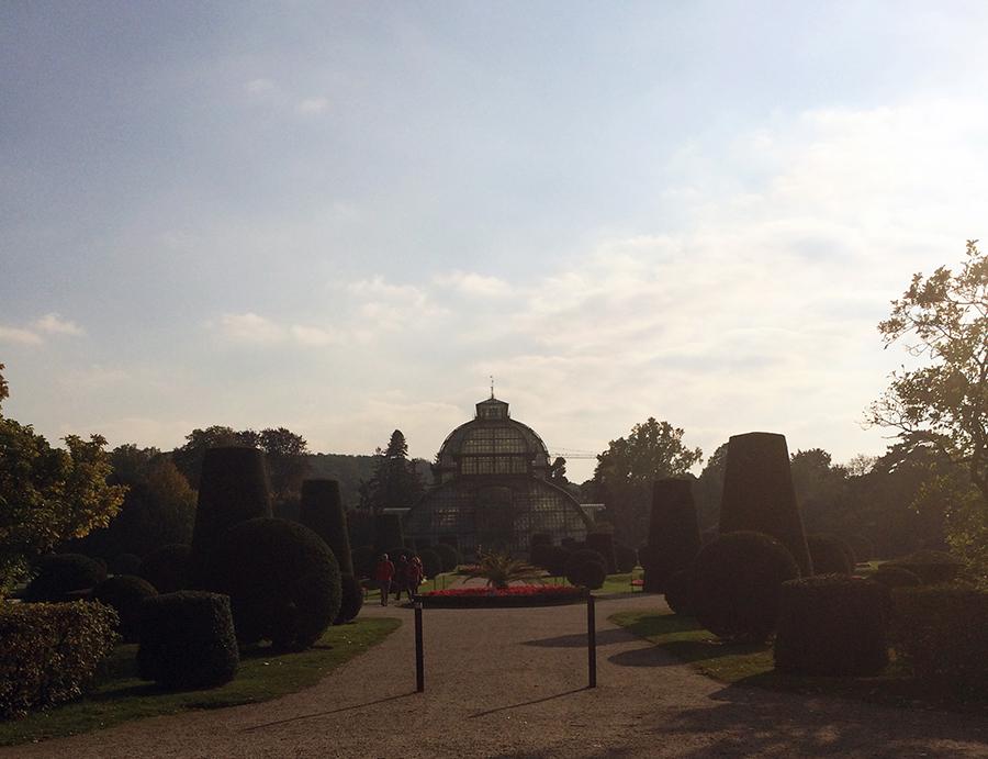 Das Palmenhaus von 1881, mit botanischem Garten davor.