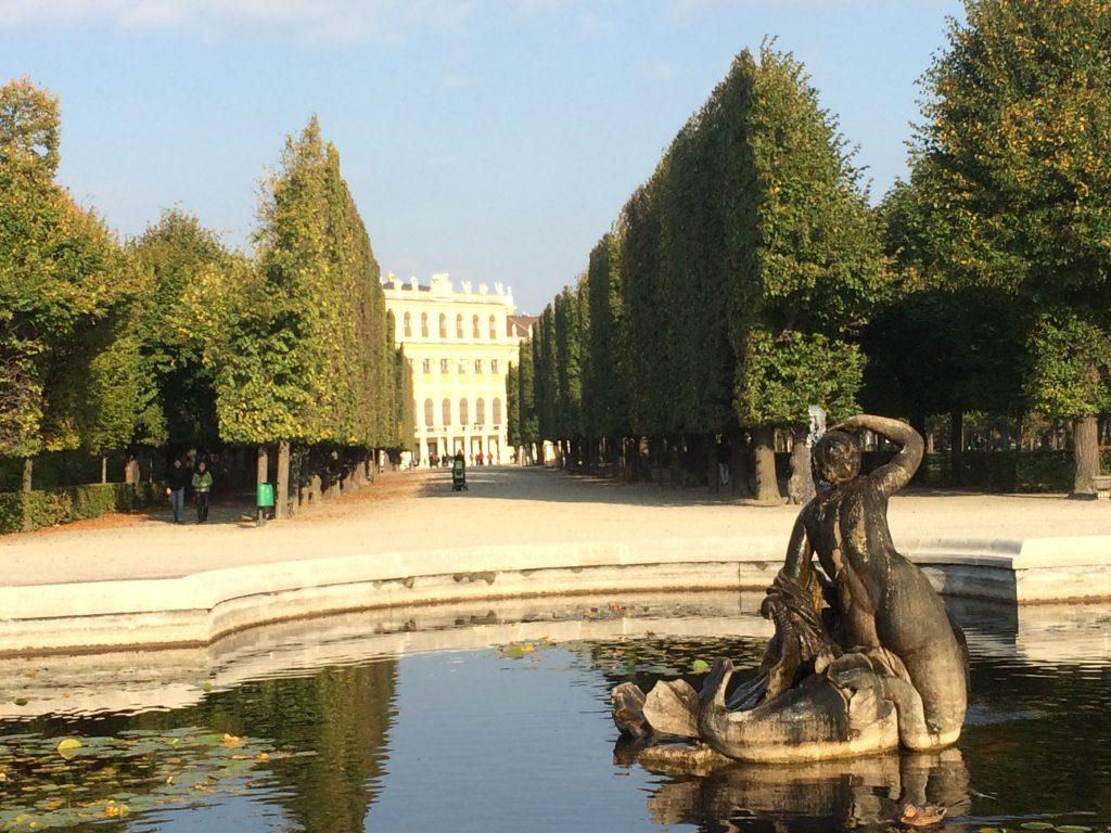 Im Vordergrund das 'Sternbassin', eine der vielen Brunnenanlagen von Schönbrunn. Im Hintergrund der schnurgerade beschnittenen Bäume erahnt man bereits das Schloss.