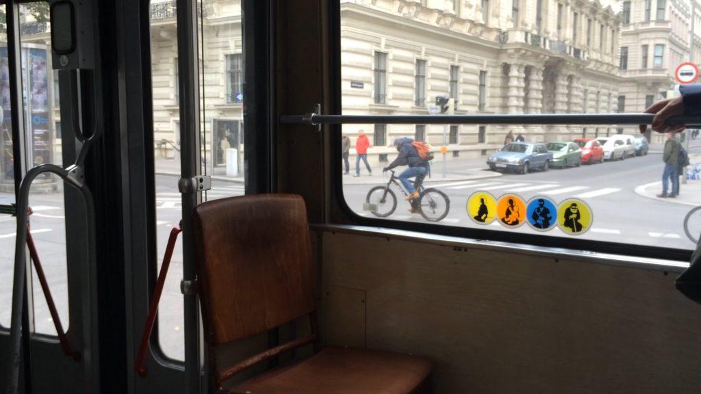 Selbst die Bim in Wien ist authentisch und nostalgisch: Es fahren - neben supermodernen Niederflurwagen - auch noch so wunderbare alte Bahnen mit Holzsitzen die regulären Linien ab.