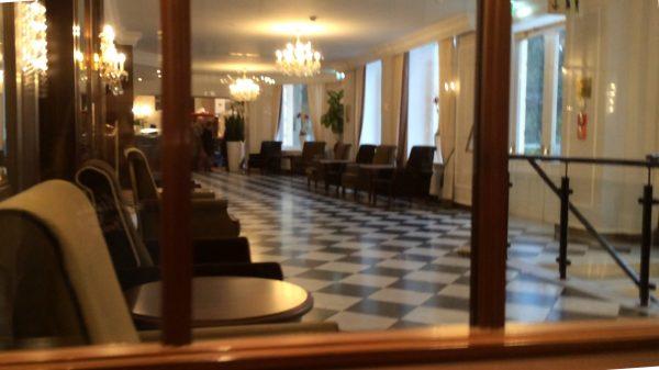 Der Blick auf eine Nebenseite der Eingangshalle, hinten um die Ecke, beim Haupteingang, ist die Rezeption.