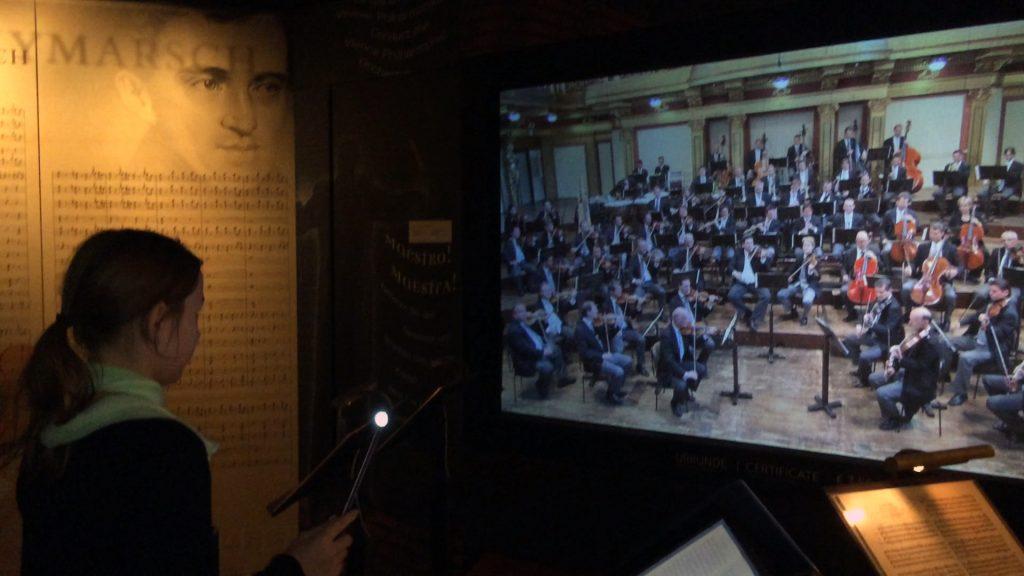 Nach einem mutmachendem Prolog von Zubin Mehta, der einige Male das Neujahrskonzert der Wiener Philharmoniker dirigiert hat, darf man es selber versuchen.