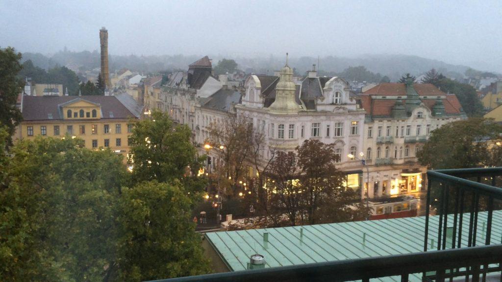 Der Ausblick aus unserem geräumigen Zimmer auf den Wiener Stadtteil Hietzing. Völlig verregnet draußen, leider, aber das macht es drinnen nur noch behaglicher. Vorne fährt die Bim, sehr praktisch!