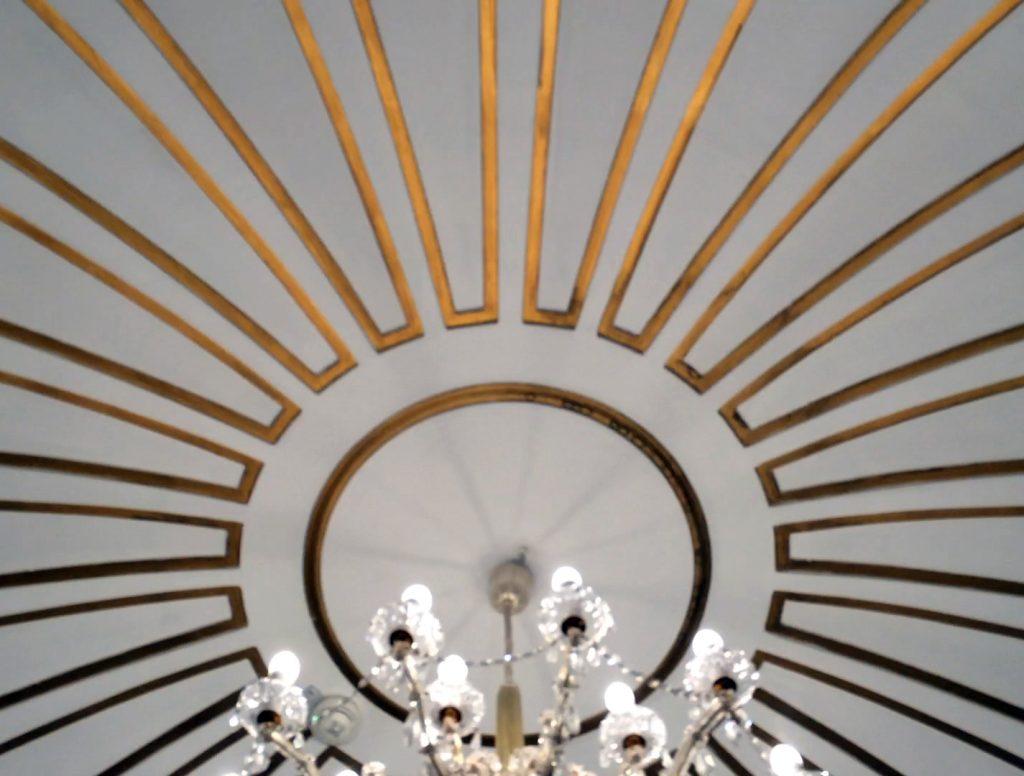 Selbst die Kronleuchter machen hier besonderen Eindruck: 22 Stück aus Kristall gibt es im gesamten Hotel.