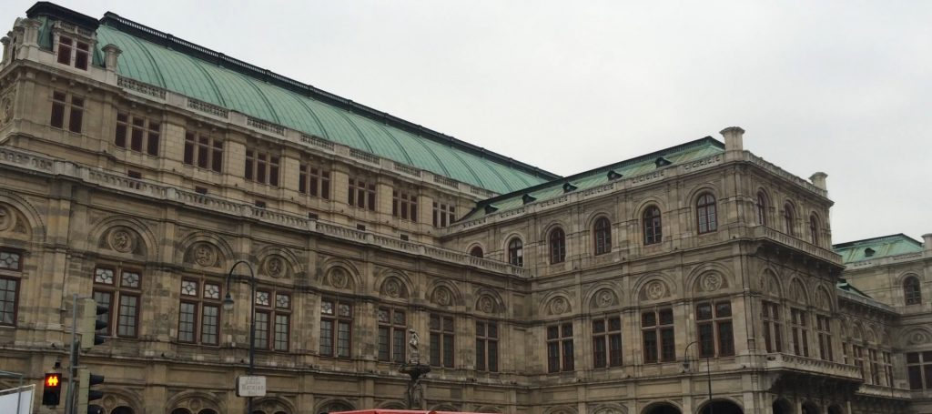 Das imposante Gebäude der Wiener Oper. Es ist so riesengroß, dass es gar nicht gesamt auf's Foto passt.