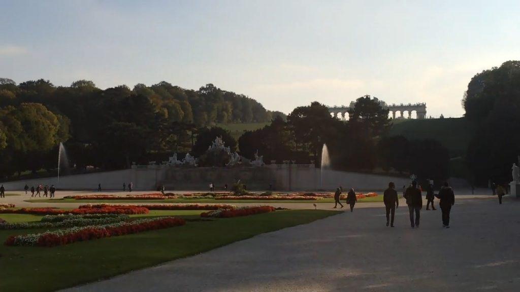 Im Vordergrund ein Teil des 'Großen Parterre', angelegt nach den Prinzipien der barocken Gartenbaukunst, im Hintergrund die Gloriette.