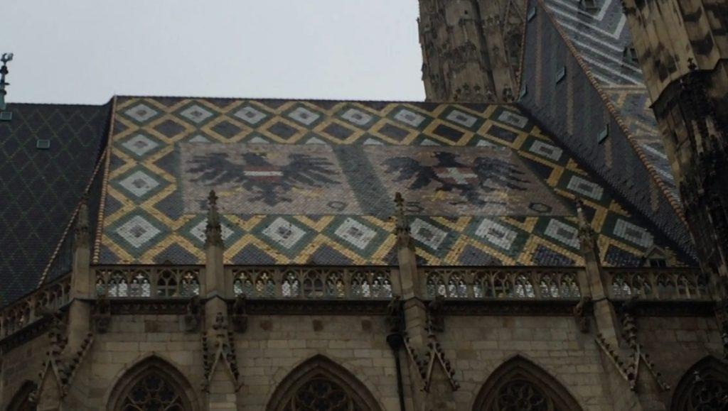 230.000 Dachziegeln bedecken das Dach des Stephansdoms im Zickzack-Muster.