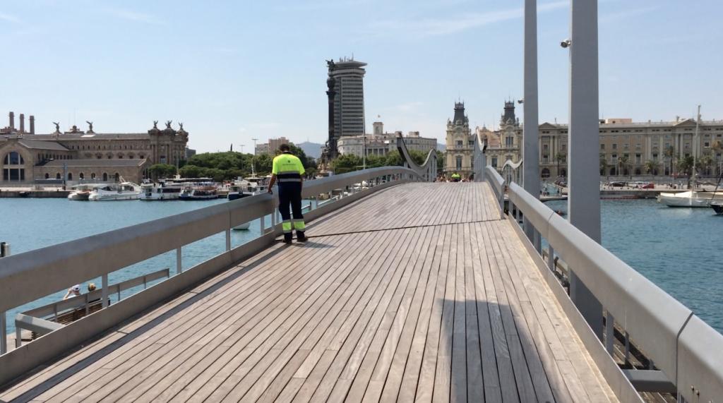 """Die """"Rambla del Mar"""" führt über diese tolle Wellenbrücke"""