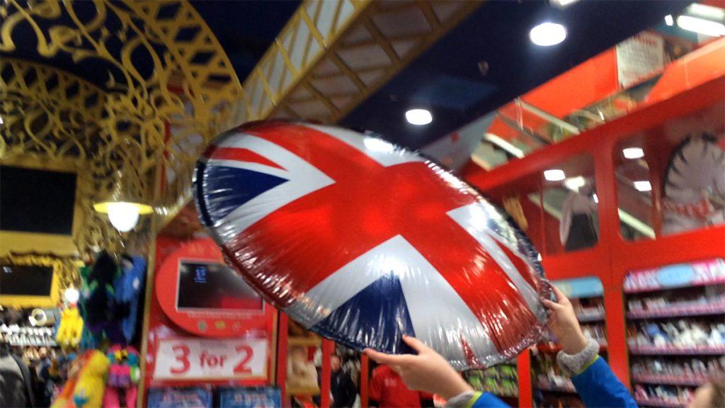 Air Spinner - so heißen die fix mittels Strohhalm aufzupustenden Riesen-Frisbees aus superleichter Folie, die uns sofort faszinieren und die so supercool fliegen...