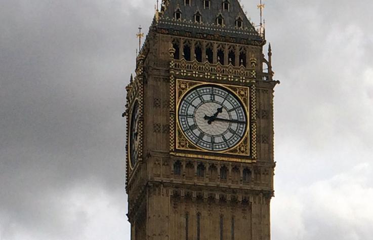 Der Big Ben vor der Renovierung, noch unverhüllt und mitsamt berühmtem Glockenspiel voll funktionsfähig.