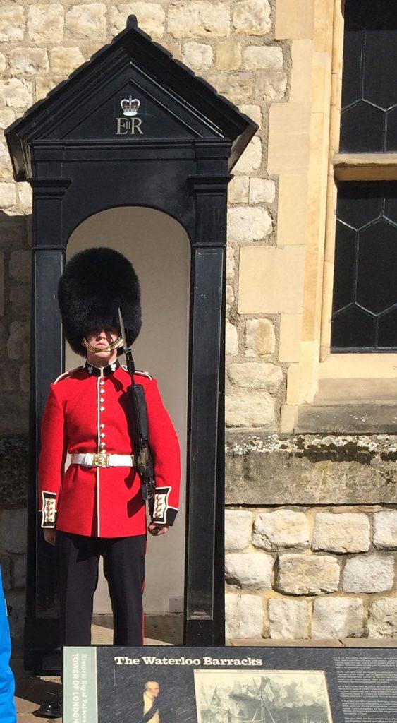 Ein Royal Guard. Völlig unbeweglich versieht er dort seinen Dienst, egal, was um ihn herum passiert oder welches Wetter herrscht.