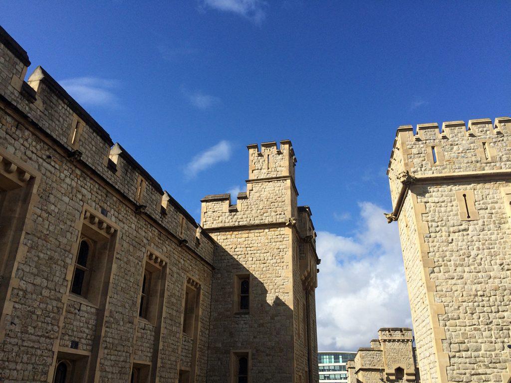 Auf der Burgmauer des Tower kann man auch ganz oben einmal herum gehen und über die Zinnen spinksen.