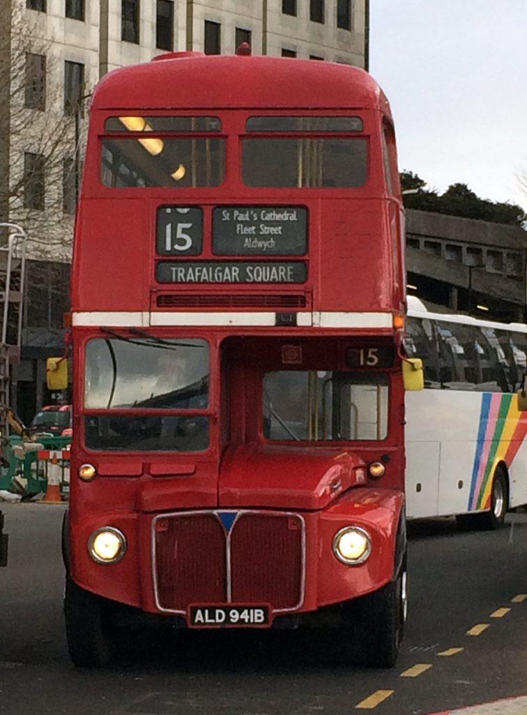 Einer der letzen originalen, historischen Routemaster, die roten Doppeldecker und Wahrzeichen Londons.