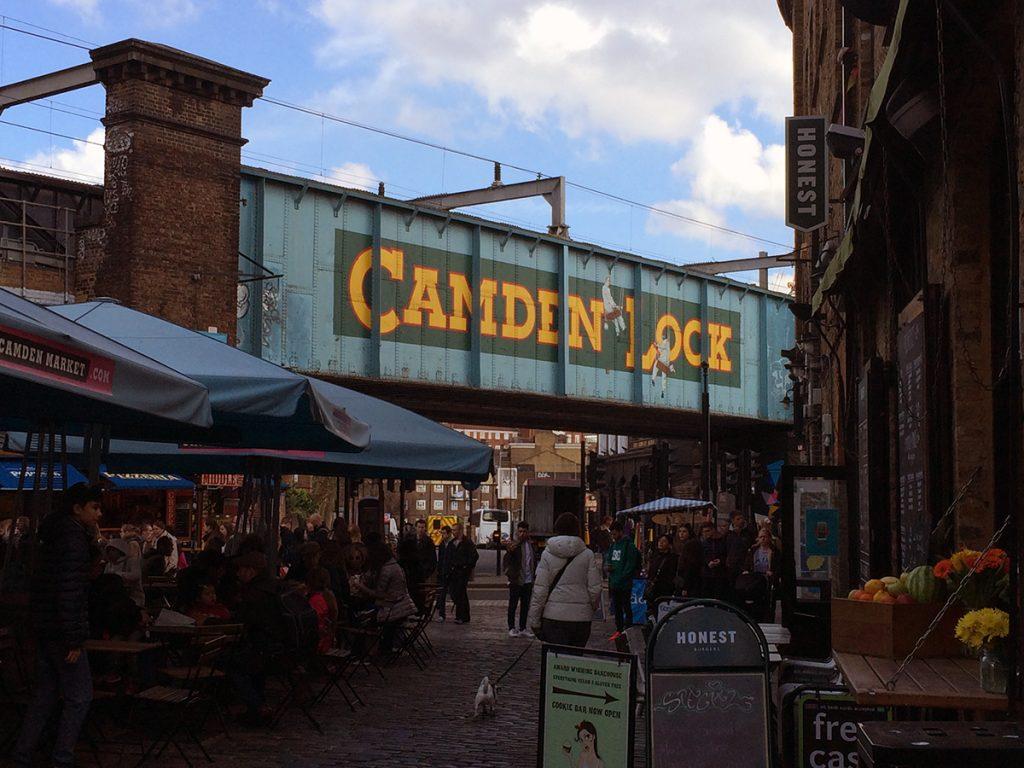 Die Eisenbahnquerung vor dem Regents Kanal mit dem bekannten Camden-Lock-Schriftzug.