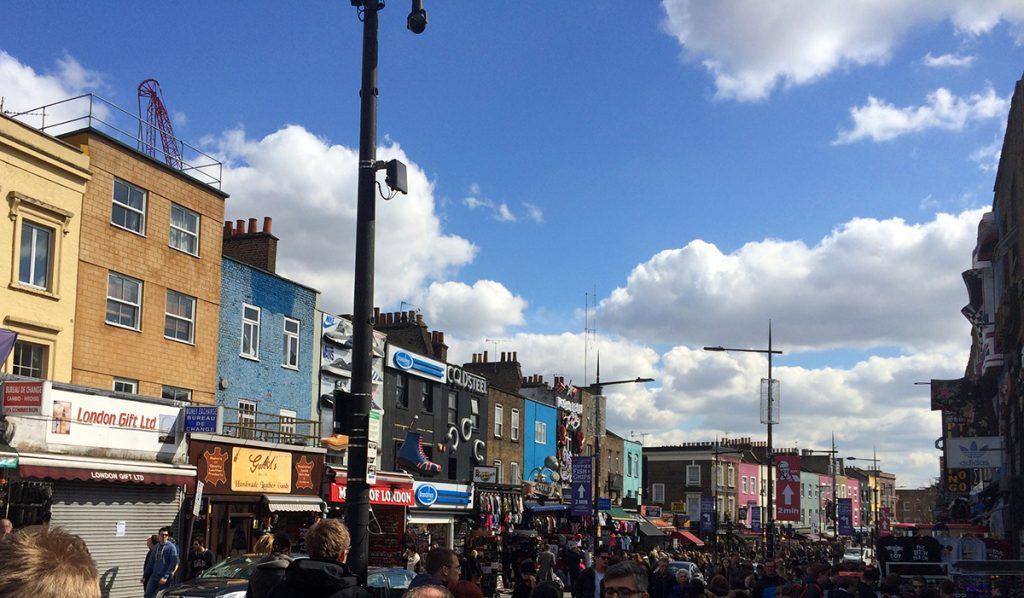 Die Camden High Street hinter dem Regents Kanal.