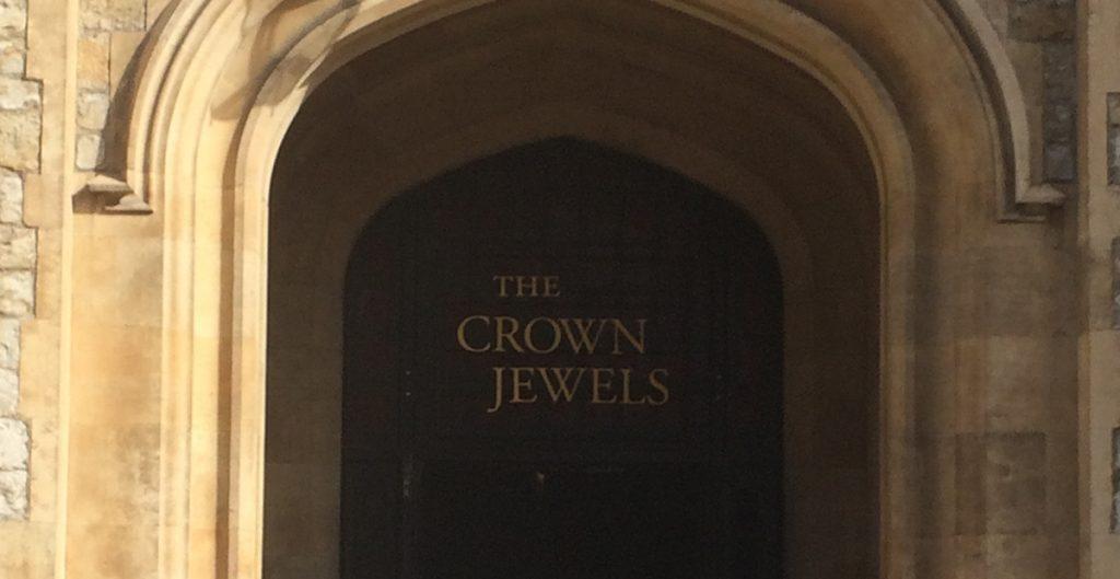 Hinter dieser Tür liegen, strengst bewacht, die britischen Kronjuwelen. Drinnen leider keine Fotos.