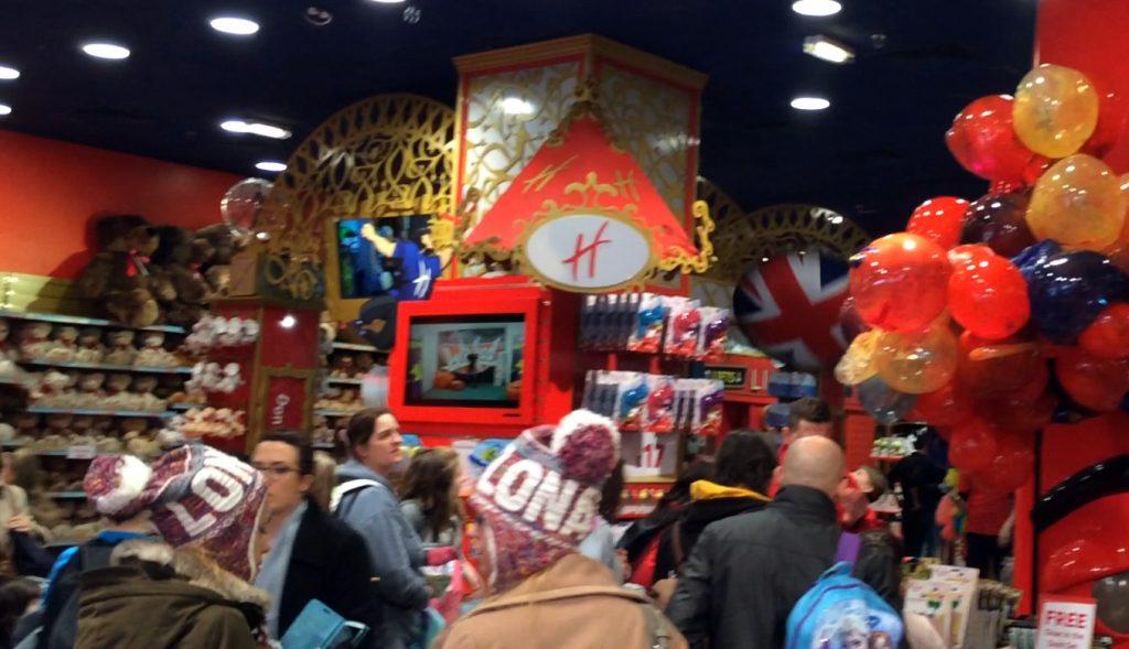 Im Eingang von Hamleys - bereits dort ein unfassbares Gewusel an Menschen, Mitarbeitern und Spielzeugen.