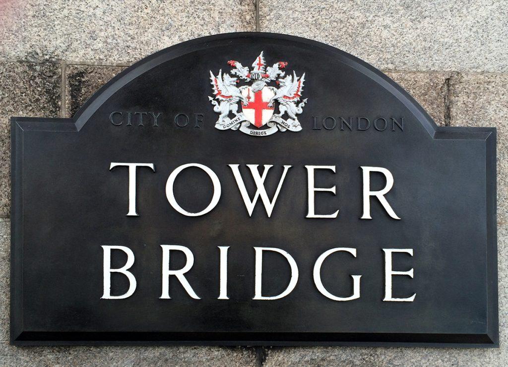 Bunte Metallverzierungen und polierte Embleme: Die Brücke mit ihren vielen Details wird sorgfältig in Schuss gehalten.