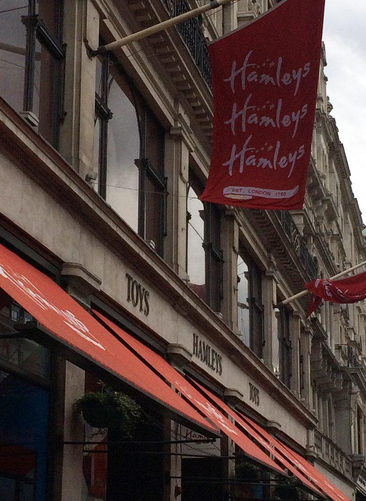 Das mit Flaggen geschmückte Headquarter des Spielzeug-Imperiums Hamleys in der Regent Street in London.